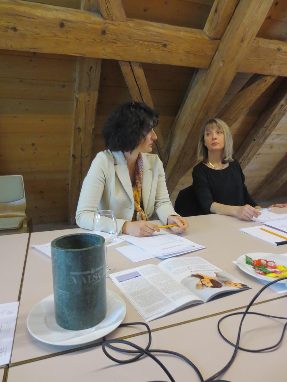 Die VDSV-Mitglieder Lorena Laffranchini Bonanomi und Franziska Bornhauser vor HV-Beginn im Gespräch