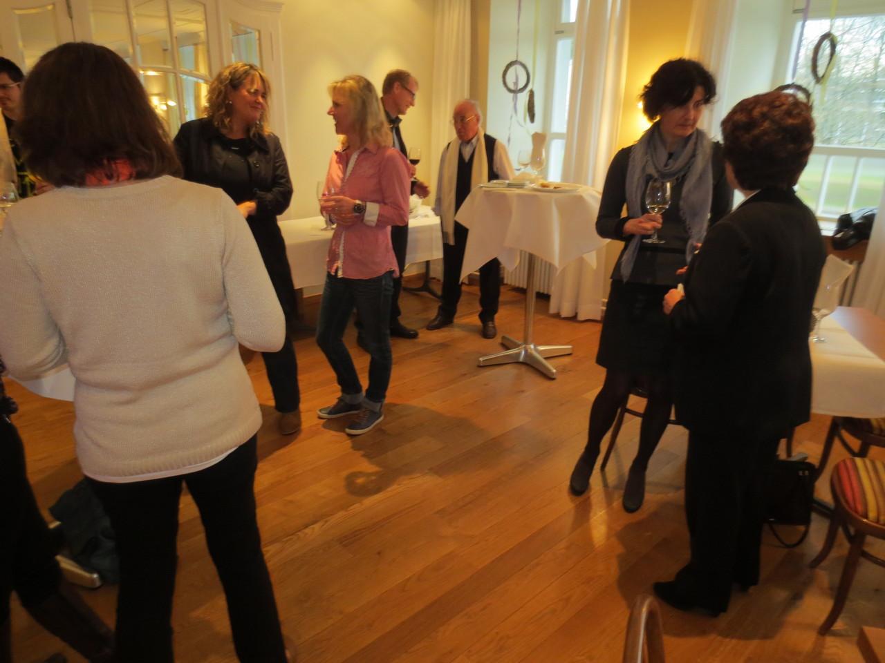 Fröhliche Runde und fachlicher Austausch nach dem offiziellen Teil bei einem Gläschen Wein und gluschtigen Häppchen