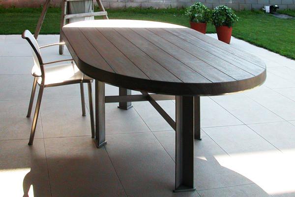 Taula exterior d'acer inoxidable i fusta