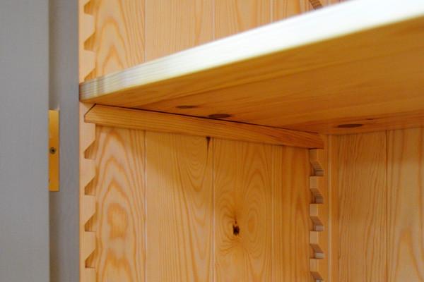 Detalle de la cremallera del estante