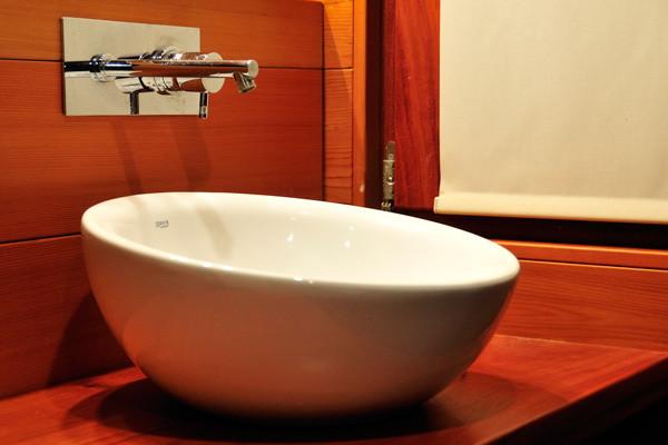 Detalle de lavamanos y grifo