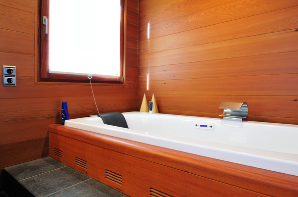 Bathtub with doussie wood paneling