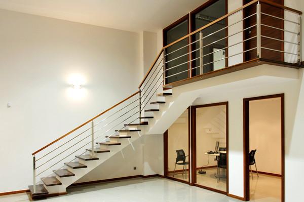Escalera con estructura de madera revestida de Pladur