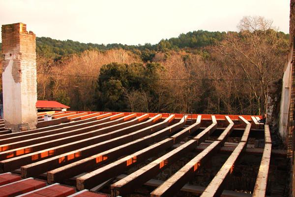 Bigues de forjat en una masia en restauració