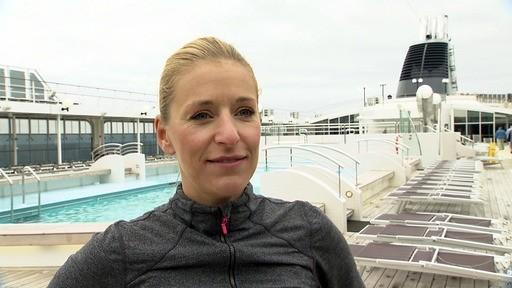 Stefanie, die selbst sehr gern und viel Sport treibt, hat ihre Fans zum Frühsport auf das Schiffsdeck eingeladen.