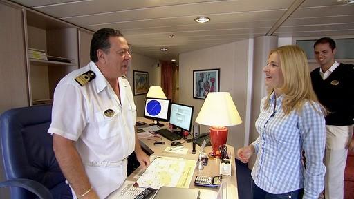 Kapitän Giacomo Romano begrüßt sie persönlich. Im gemeinsamen Gespräch entdecken sie Ähnlichkeiten in ihren Berufen. Beide bereisen viele Orte - und sehen doch nicht so viel davon.