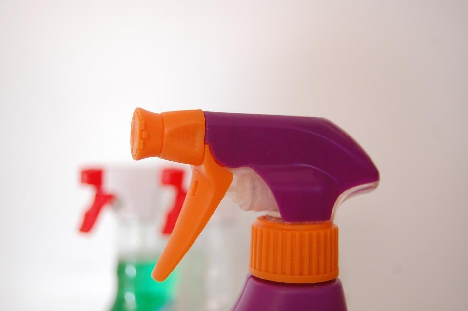 Aufräumen und Putzen in einer Wohnung mit Kindern