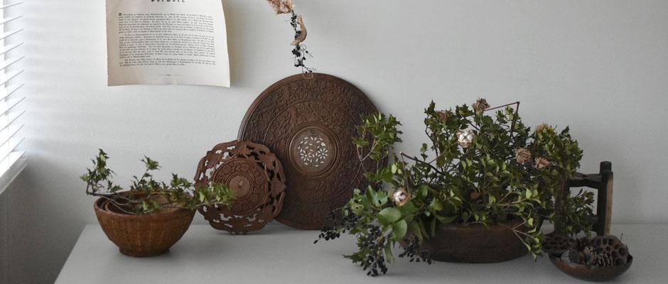 木彫りのレリーフ台やかごなど木の鉢 あたたかみある木のモノたち
