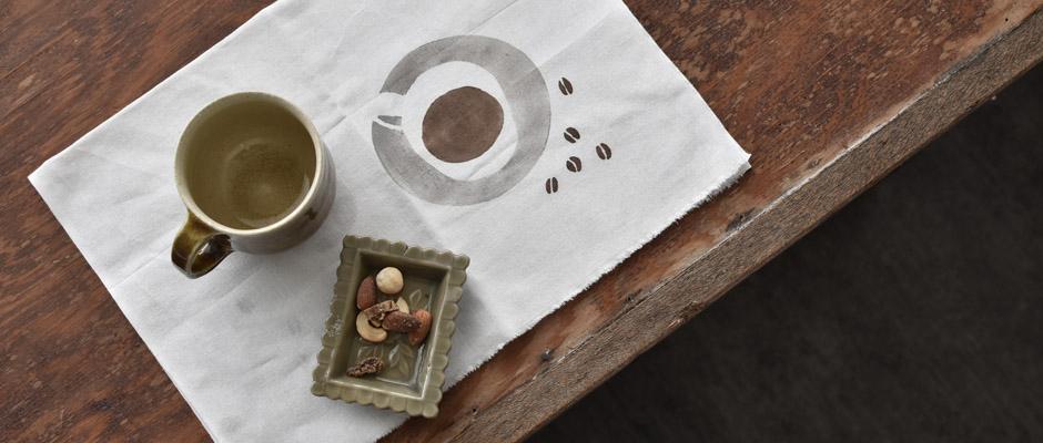 たっぷり注がれたコーヒーに、ころころ転がるコーヒー豆がアクセント。