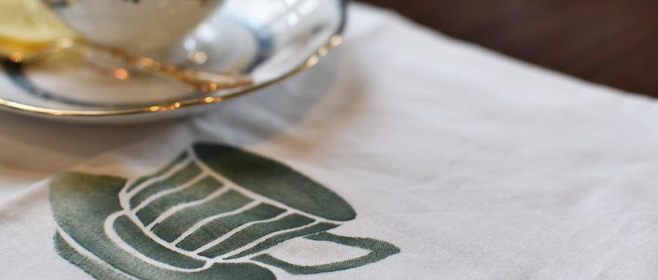 枯れ色のグリーンで描かれたレトロ感あるカップ&ソーサー