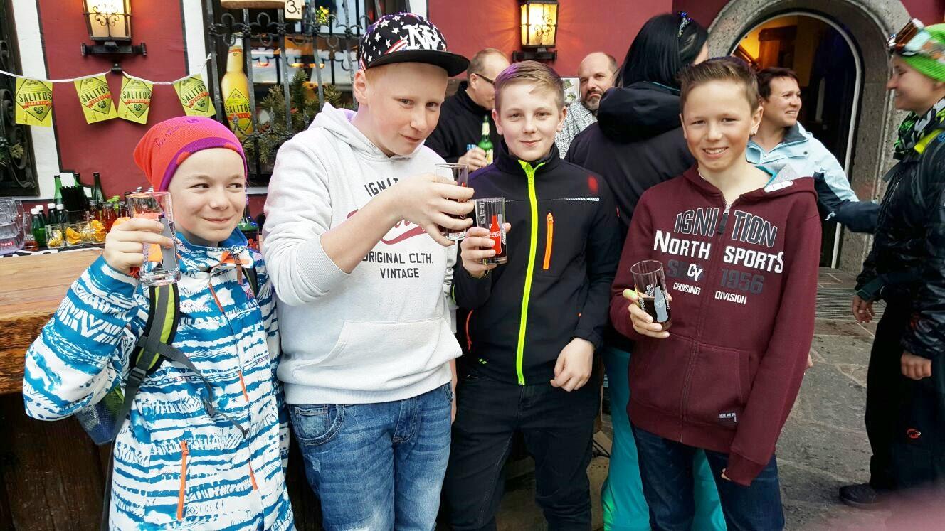 Apre-Ski-Grüße von Arnold und den Kids 2017 aus Saalbach Hinterglemm nach Tresdorf ... Prost ;-)