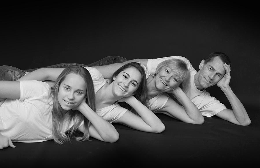 Familienfotografie mit allen zusammen mit Spaß