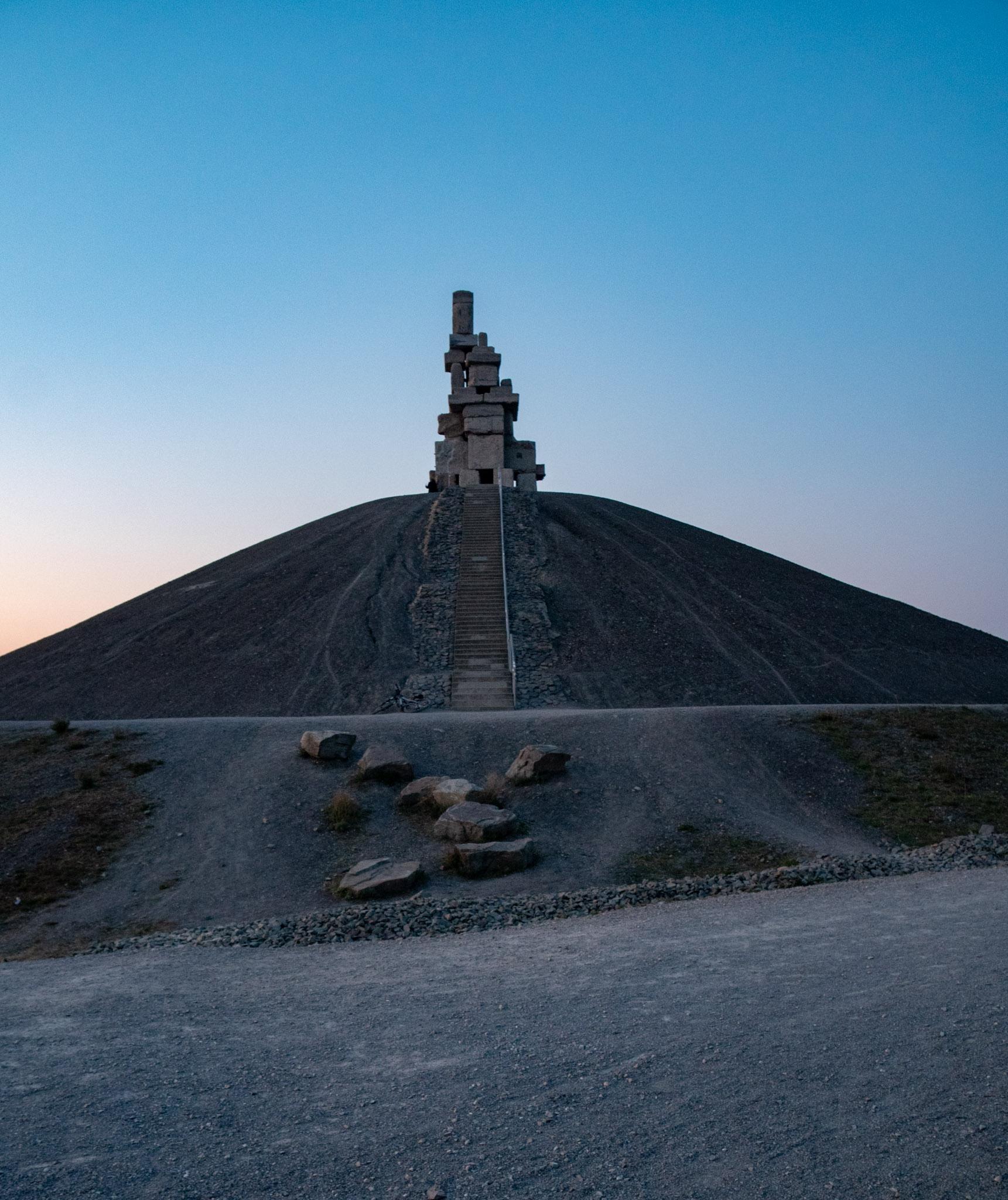 """Vom oberen Ring um den Gipfel führt eine Steintreppe zur """"Himmelstreppe"""""""