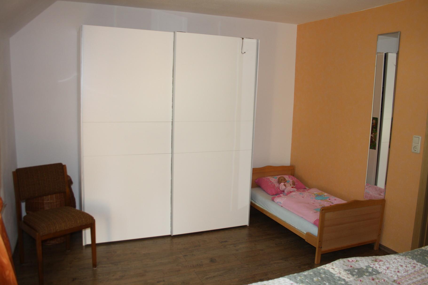 Schrank mit Kinderbett optional als Gitterbett im Schlafzimmer