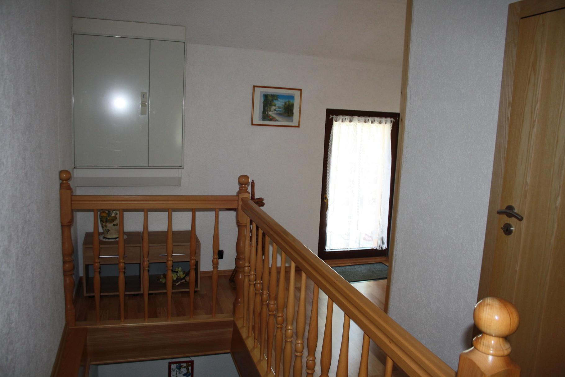 Treppenhaus mit Ausgang zur Terrasse