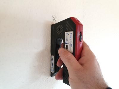 Bohrstelle mit Ortungsgerät prüfen ob Wasserleitungen, Stromleitungen in der Wand befinden. Leitungssuchgerät