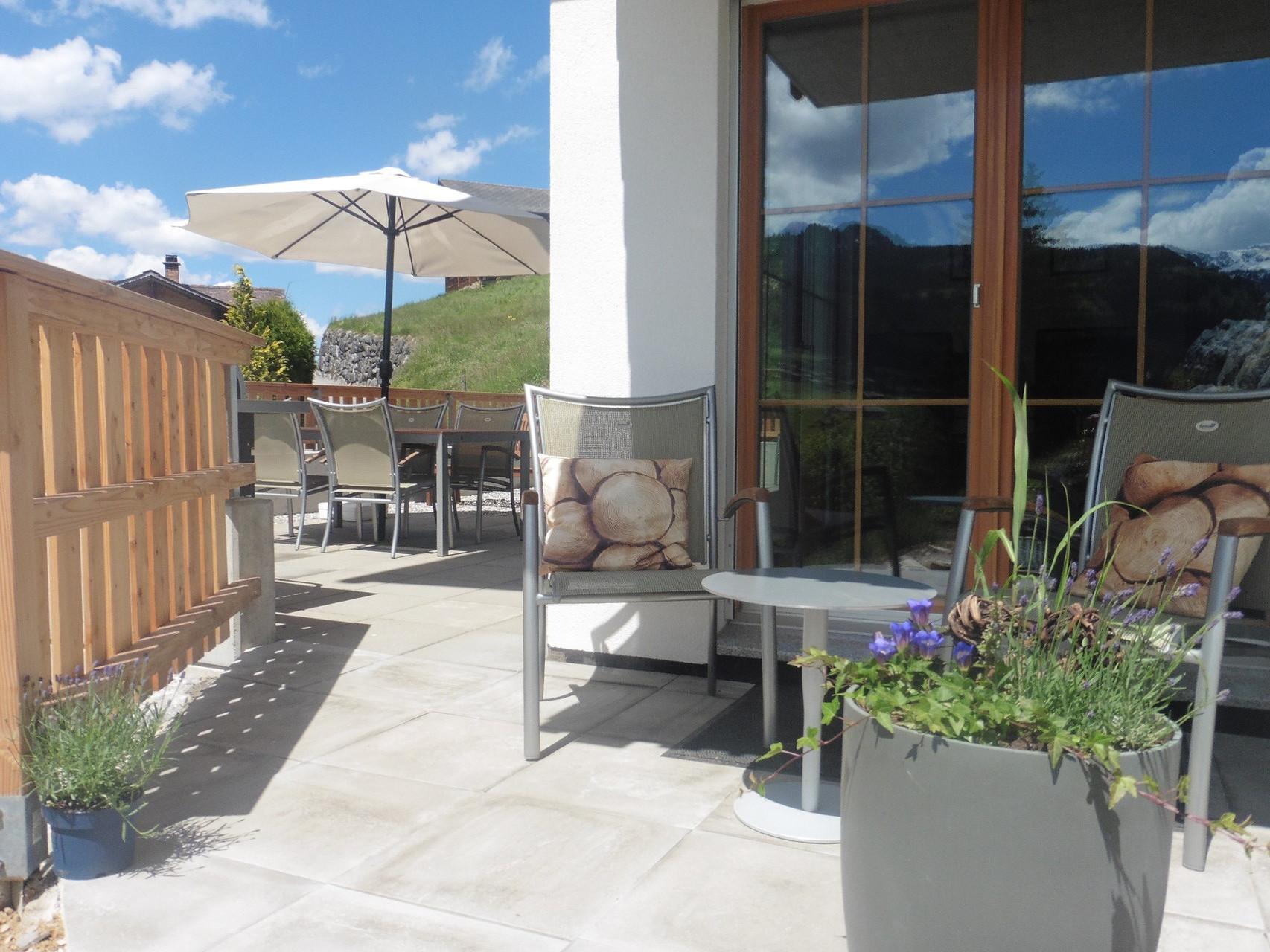 überdachte Terrasse mit Aschenbecher..:)