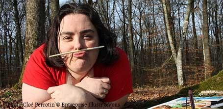 L'illustratrice Cloé Perrotin avec un pinceau en moustache lors d'un shooting photos en forêt dans la Nièvre en 2015