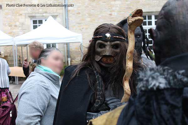 Un maître des serpents masqué aux Lithaniennes 2017