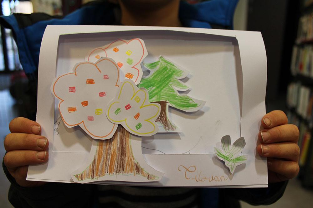 """Titouan imagine une carte en relief façon théâtre avec un décor en forêt dans lequel """"Zip le lutin"""" et ses amis vont jouer ..."""