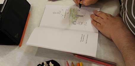 L'illustratrice Cloé Perrotin en dédicace à la Caravane Littéraire de l'association Pré-Textes à Dompierre-sur-Besbre en 2016