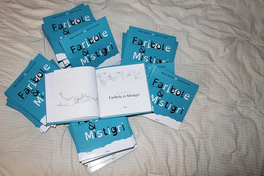Une page du livre Faribole et Mistigri avec des cabochons via YIL Edition