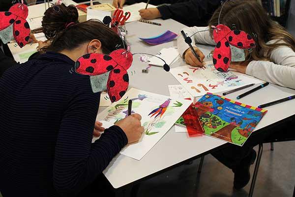Des enfants réalisent une couverture de leur album de Zip le lutin au marché de l'automne