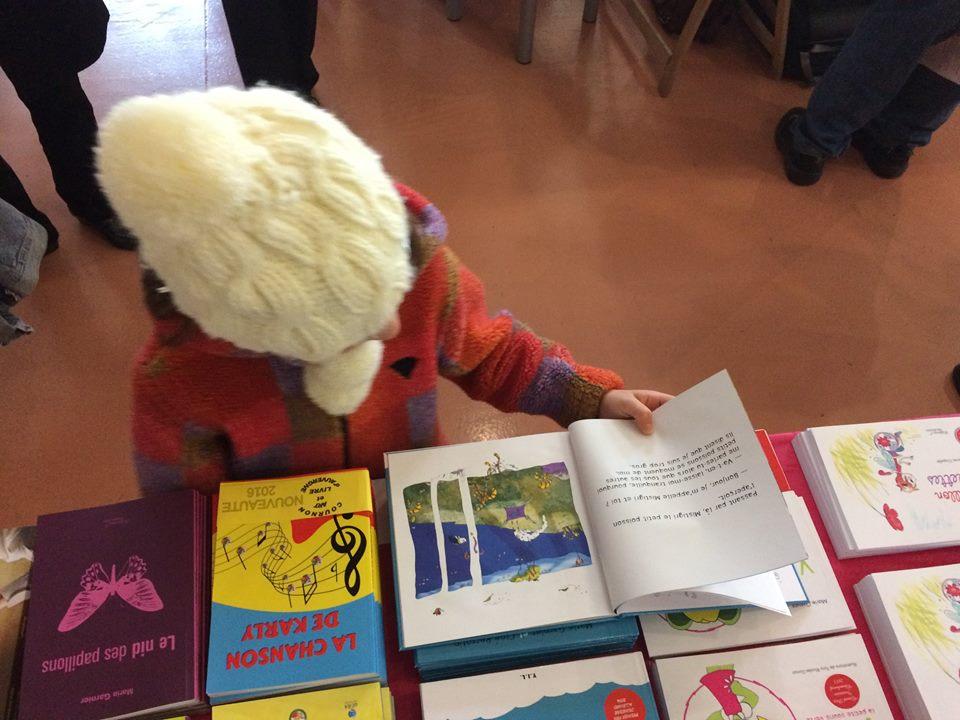 Jeune lectrice au Salon du Livre de Morières-les-Avignon en 2016