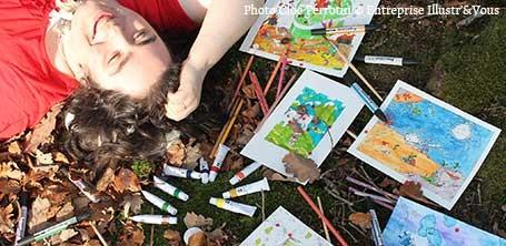 Cloé Perrotin l'illustratrice en shooting photos en forêt avec ses outils d'illustratrice à l'automne 2015