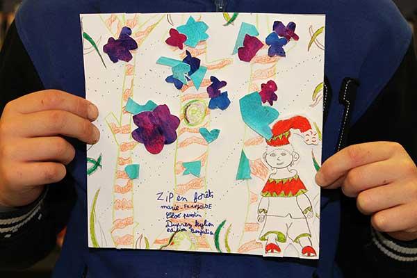 Kylian réalise une couverture de son album Zip en forêt basé sur le livre Zip le lutin
