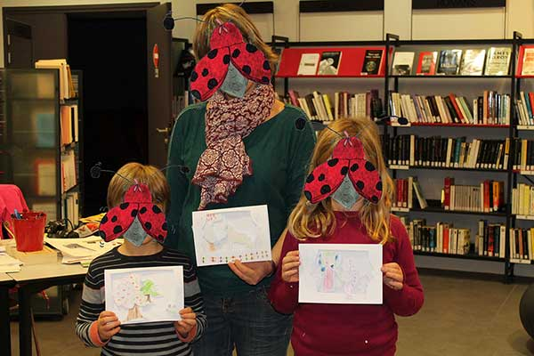 Titouan, Jade et leur maman réalisent des cartes relief façon théâtre basées sur le livre Zip au marché de l'automne