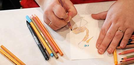 Carte d'un oiseau multi-couleurs par l'illustratrice Cloé Perrotin