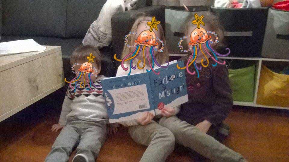 Les lecteurs Tom, Louise et Léa avec le livre Faribole et Mistigri chez l'assistante maternelle Julie Bisiaux
