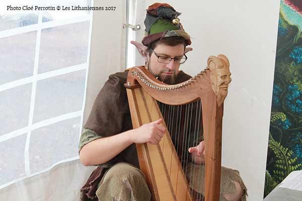 Vincent Tolb alias Kelliwic'h le Harpeux jouant au salon du Livre les Lithaniennes 2017