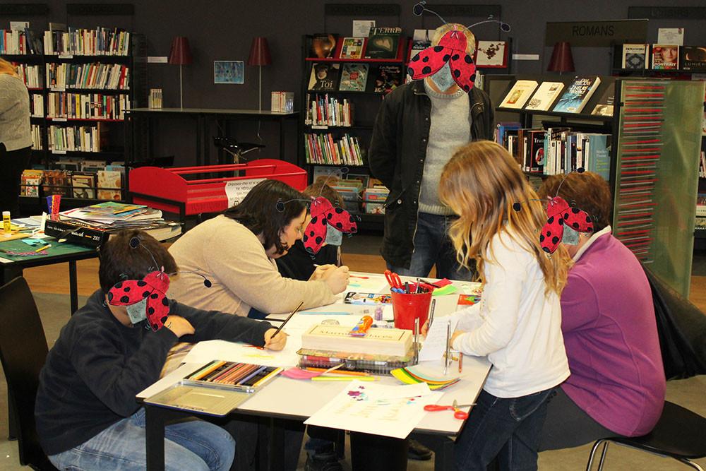 Les participants à l'atelier de l'illustratrice Cloé Perrotin sont très concentrés !