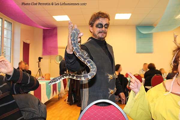 Un montreur de serpents au banquet des Lithaniennes 2017