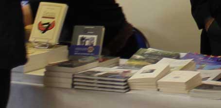 Enfants des rues sur le stand du libraire Gilles Lacour à la Caravane Littéraire de Dompierre-sur-Besbre