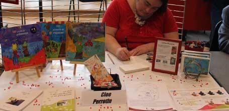 L'illustratrice Cloé Perrotin en dédicace à la 6ème Caravane Littéraire de l'association Pré-Textes à Yzeurespace en 2016