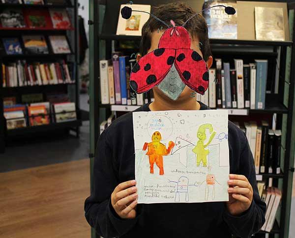 Un jeune garçon réalise une couverture de son album Zip et Dark Vador façon Star Wars basée sur le livre Zip au marché de l'automne