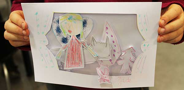 Jade réalise une carte en relief façon théâtre lors d'un atelier de Cloé Perrotin à la bibliothèque de Donzy