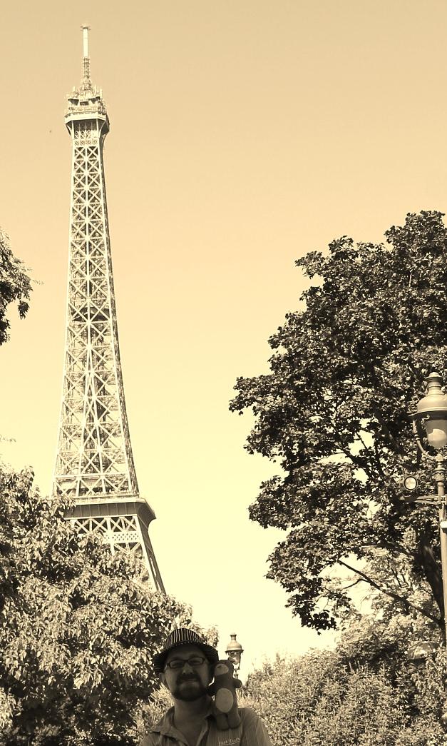 Moka la loutre aux pieds de la tour Eiffel en 2016 avec Benjamin, un jeune homme mannequin pour le collectif créatif Moka la loutre