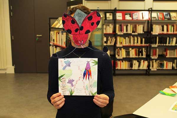 Une jeune fille réalise la couverture de Zip en forêt basée sur le livre Zip à la fête du printemps