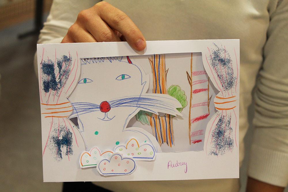 """Le chat du livre """"Zip le lutin"""" qui se promène en forêt : une pièce de théâtre imaginaire pour une carte en relief étonnante et pailletée."""