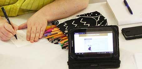 Illustratrice Cloé Perrotin qui présente la plateforme éditoriale expérimentale Majuscrit sur tablette à la médiathèque de Dompierre-sur-Besbre