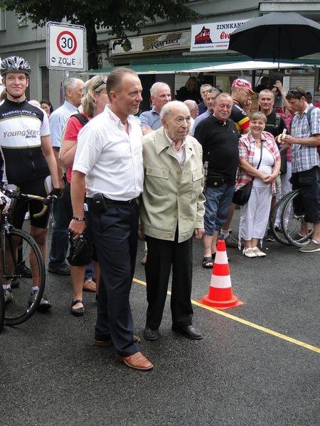 Frank Röglin (l.) und Alfred Witte (r.) geben den Startschuss zum Eliterennen des 56. Rollbergrennens