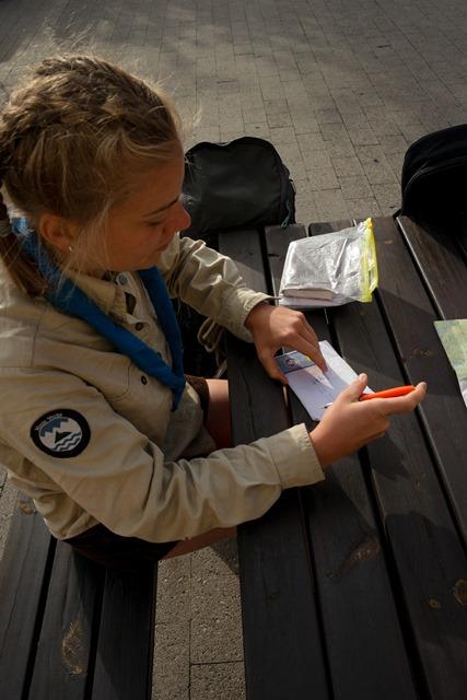 Pfadfinderin schreibt Briefe