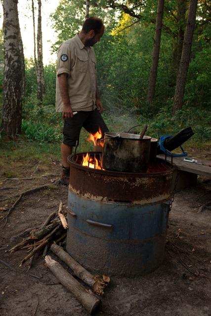 Kochen auf Feuertonne, Pfadfinder Rover Schweden