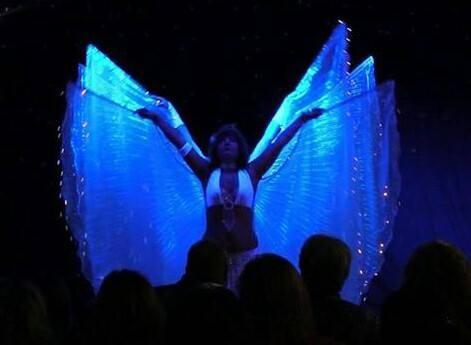 Tanz mit leuchtenden Isis-Wings
