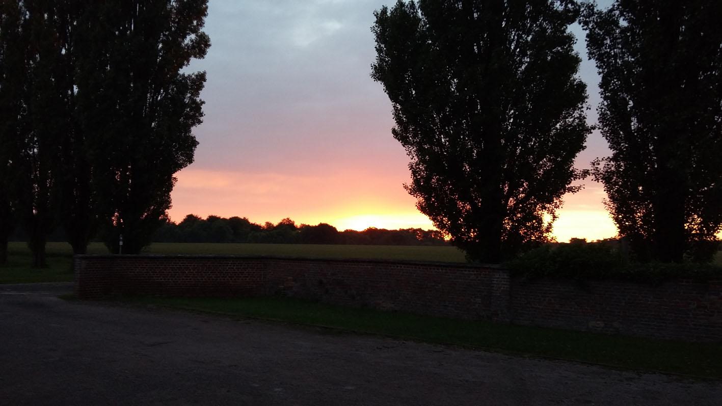 Soleil, aux couleurs magiques, disparaissant derrière l'horizon. Une belle soirée qui se termine.