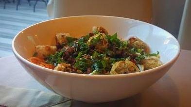 Bò Bún (salade de vermicelles au boeuf, nems)